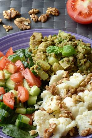 Smart och lyxig potatissallad med basilika och blomkål med valnötter