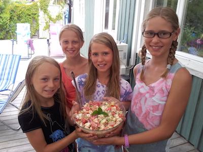 """Fyra lyckliga tjejer har lagat """"sommarsallad"""" till hela familjen."""