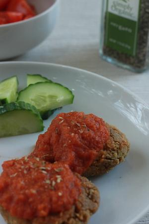 En av barnens favoriter, falafel med hemmagjord tomatsås och mathavre.